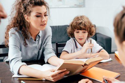 W jakim języku odrabiać lekcje z dzieckiem dwujęzycznym