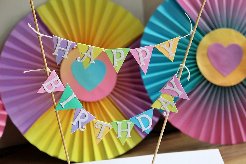 tęczowe dekoracje urodzinowe